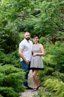 공원에서 행복한 임신한 가족