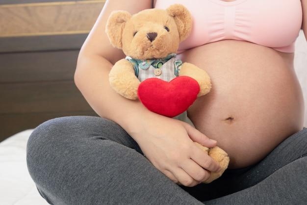 Счастливая беременная женщина и ожидает ребенка.