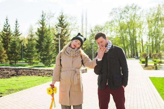 幸せな妊婦と公園で彼女の夫。