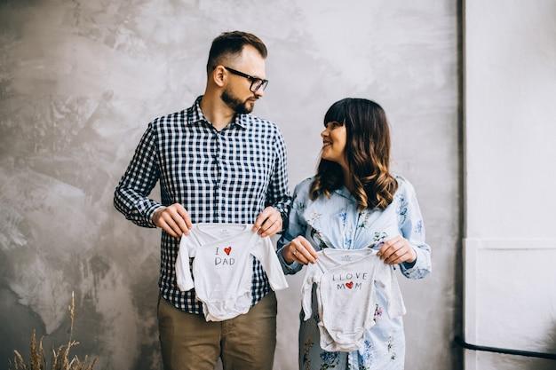 행복한 임신 한 여자는 집에서 남편을 거대하고 세련된 부부, 사람들은 아이, 아름다운 임산부, 행복한 부모, 가족 사랑을 기다리고 있습니다.
