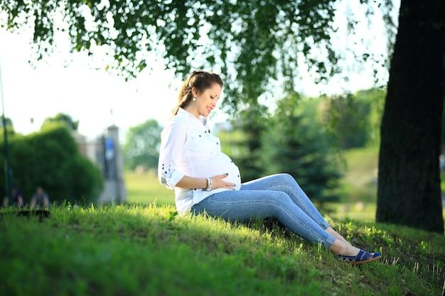 屋外の公園で幸せな妊婦