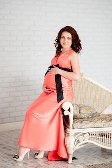 Счастливая беременная женщина с красивой улыбкой.