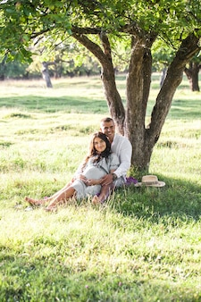 일몰에 그녀의 남편과 함께 행복 한 임신