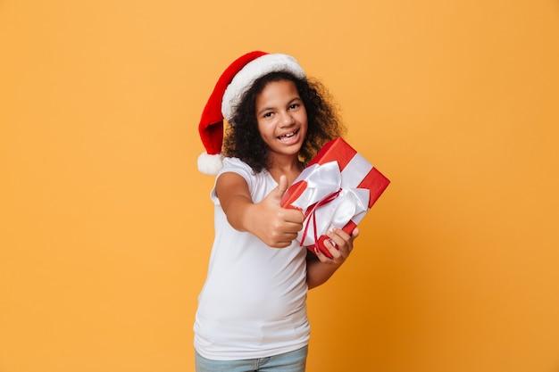 サンタクリスマス帽をかぶって幸せなかわいい女の子