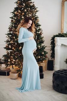 新年の家で幸せなかなり妊娠中の女性