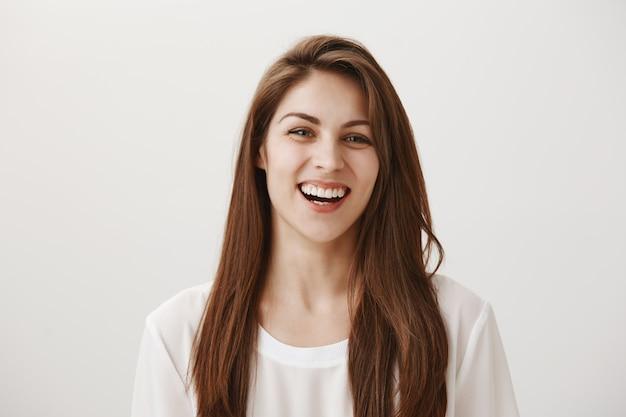 Счастливый красивая женщина смеется и искренне улыбается