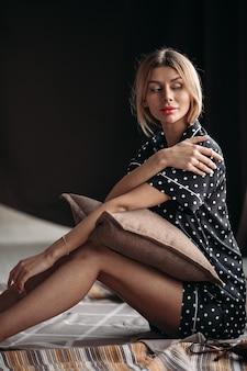 Счастливая красивая женщина отдыхает в своей квартире
