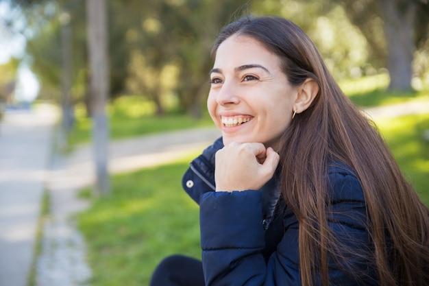 Счастливая милая молодая женщина в парке
