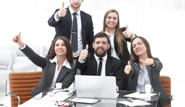 Счастливый профессиональный бизнес-команда показывает палец вверх