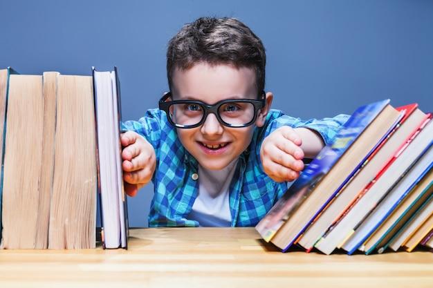 Счастливый ученик в очках против книг