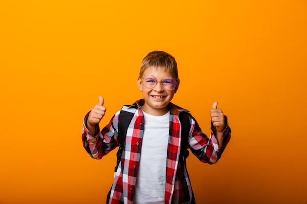 행복한 눈동자는 노란색 배경에 격리된 수업을 보여줍니다.