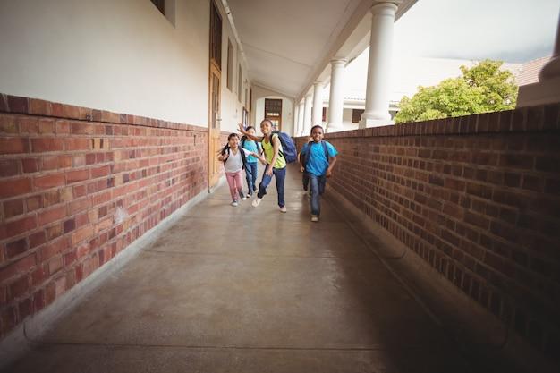 Счастливые ученики, идущие в коридоре