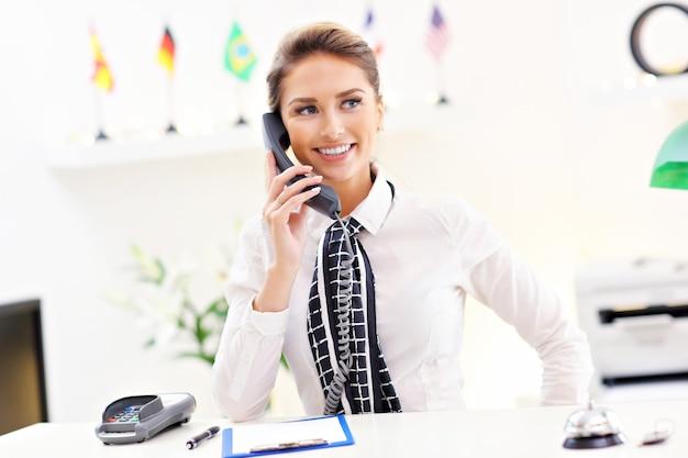 Счастливый администратор, работающий в отеле