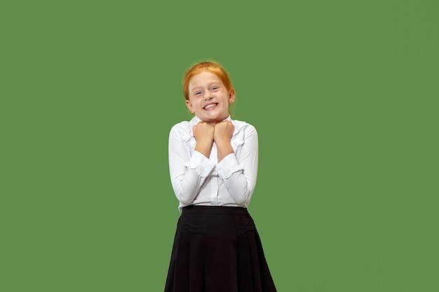 立って笑って幸せな赤毛の女の子
