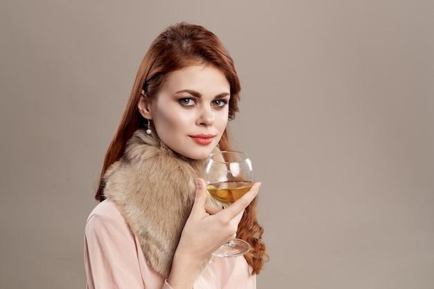 帽子とシャツにベージュのメイク笑顔で幸せな赤髪の女性は、若者のファッションの魅力を笑顔します。
