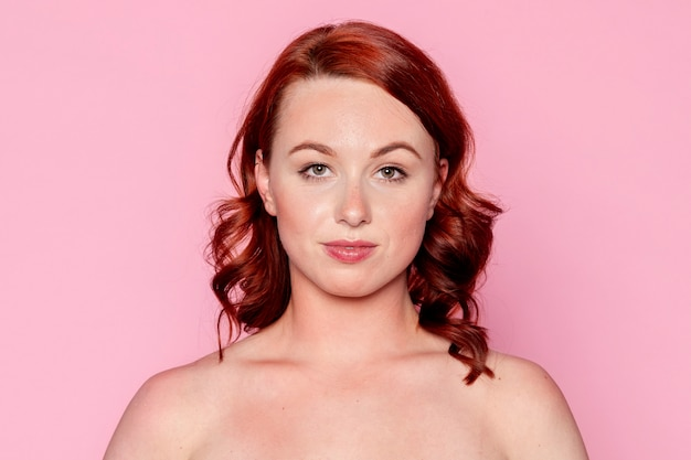 행복 한 빨간 머리 여자 초상화