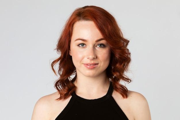 幸せな赤毛の女性の肖像画
