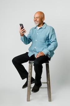 스마트폰을 사용하는 행복한 은퇴한 남자