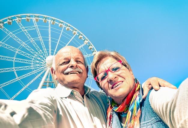 전 세계 여행에서 셀카를 복용 행복한 은퇴 한 노인 부부