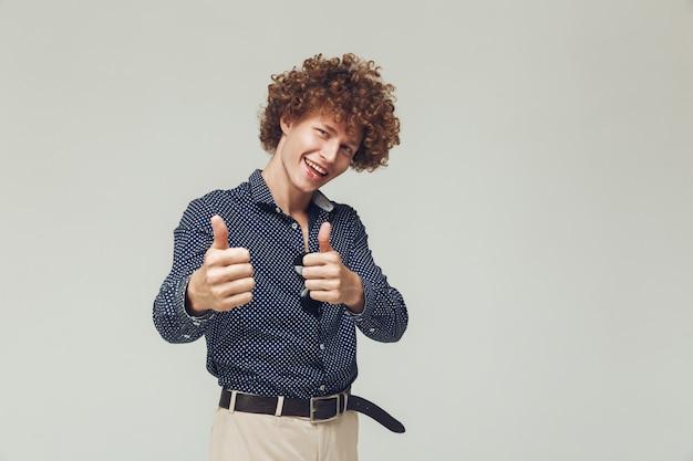 Счастливый ретро человек показывает палец вверх.