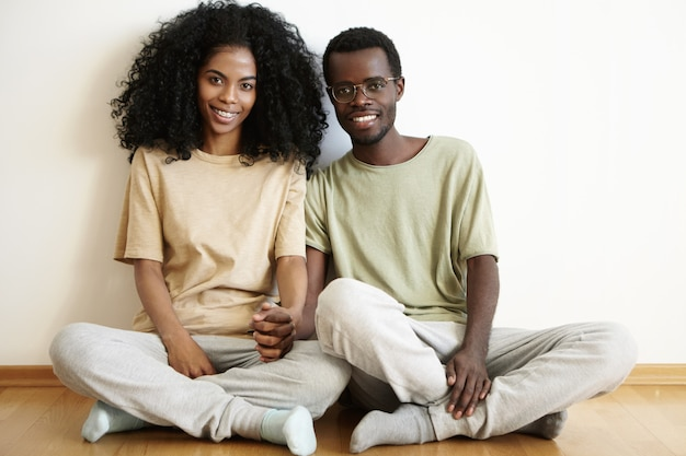 Счастливая романтическая молодая африканская пара, приятно проводить время вместе дома