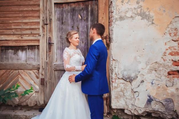 彼らの結婚を祝う幸せなロマンチックな若いカップル