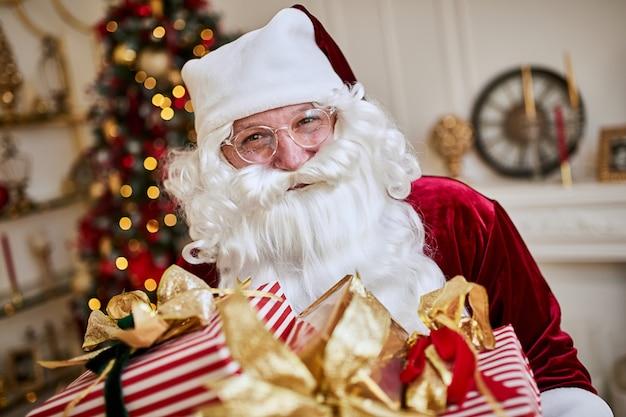 행복한 산타 클로스는 아이들에게 많은 선물을 가져 왔습니다. 새 해와 메리 크리스마스 휴일 개념