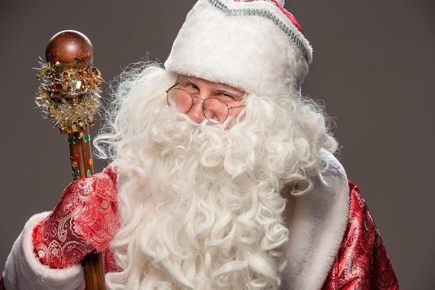 어두운 배경에 직원과 안경에 행복 산타 클로스