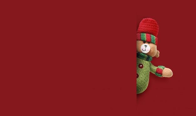 赤の背景に幸せなサンタクロース。メリークリスマスと新年あけましておめでとうございますコンセプト背景コピースペース。