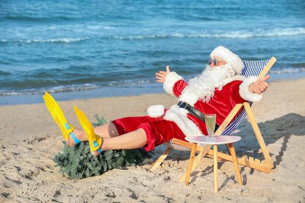 Счастливый санта-клаус отдыхает на морском курорте