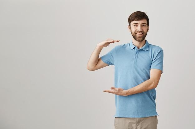 Felice soddisfatto giovane uomo barbuto in posa