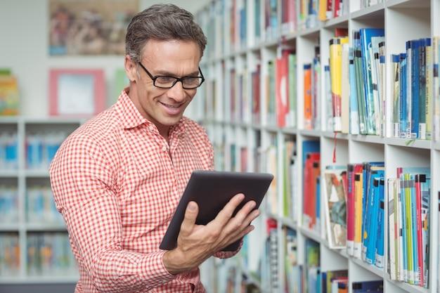 도서관에서 디지털 태블릿을 사용 하여 행복 한 학교 교사