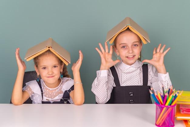 幸せな小学生の男の子と女の子が一緒に学校で勉強します