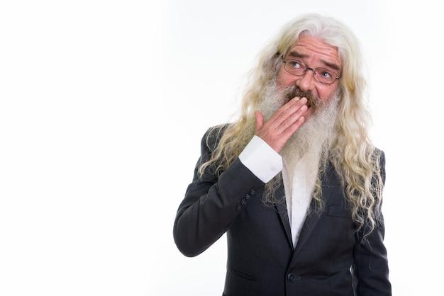 Счастливый старший бородатый бизнесмен улыбается