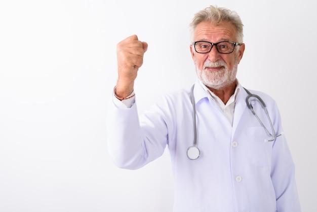 幸せなシニアのひげを生やした男性医師白のやる気を起こしながら見ている笑顔