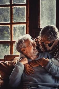 家で幸せな年配のカップルは冬のレジャー活動をお楽しみください
