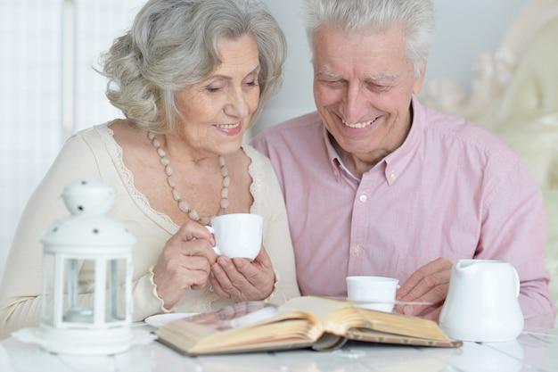 책과 함께 차를 마시는 행복 한 수석 커플