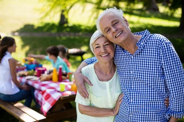 Счастливая пара старших, охватывающей в парке