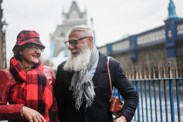 야외에서 즐겁게 산책하는 행복한 노부부 - 남자 얼굴에 초점