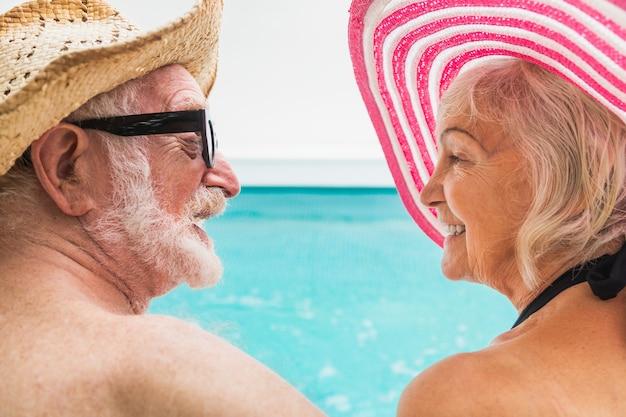 수영장에서 파티를 하는 행복한 노부부