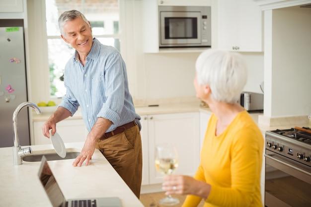 キッチンで幸せな先輩カップル