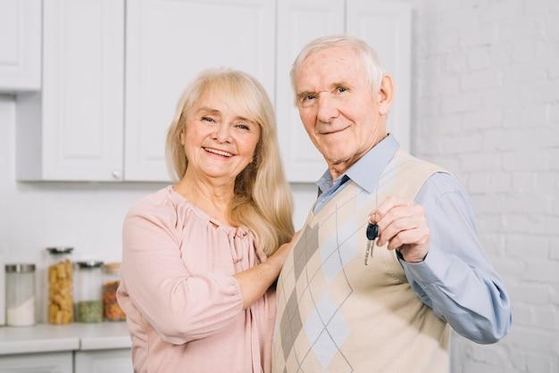 부엌에서 행복 한 노인 부부