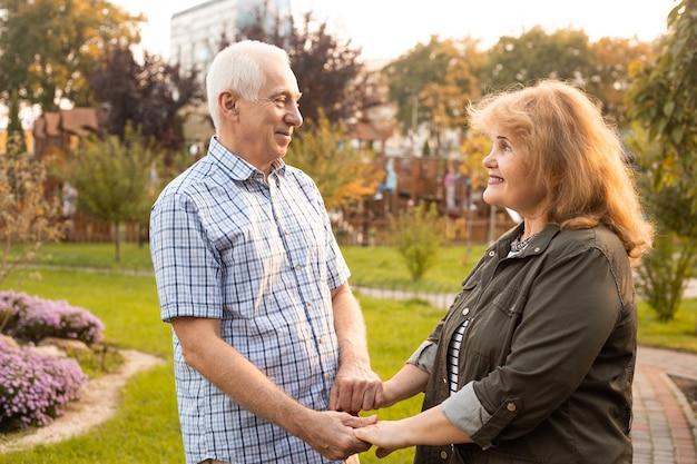 恋に幸せな年配のカップル。