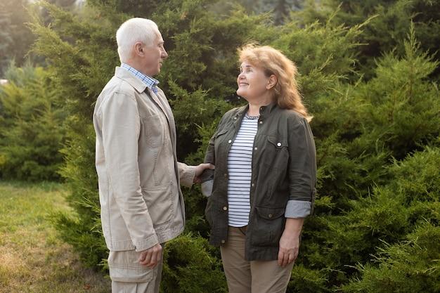 恋に幸せな年配のカップル