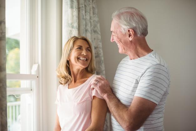 Счастливая пара старших, взаимодействующих друг с другом