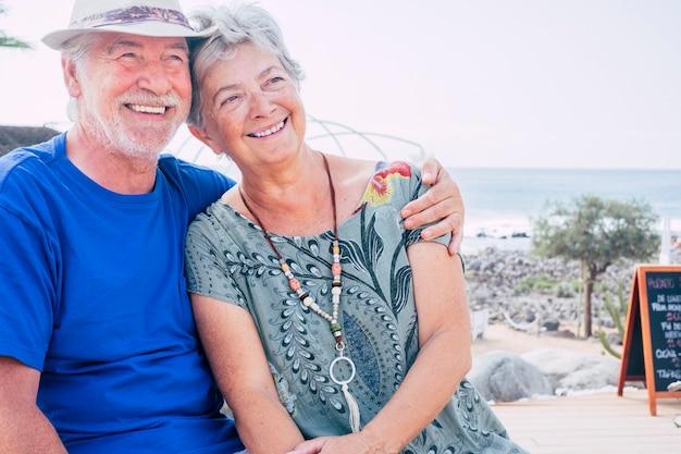 웃 고 행복 한 수석 커플 여름 날에 안 아. 휴가, 휴식, 휴식의 개념.