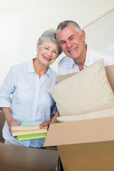 新しい家に移動している幸せな夫婦