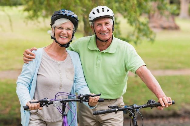 彼らの自転車で幸せな高齢のカップル