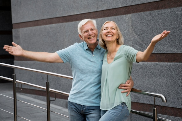 Felice coppia senior in posa insieme all'aperto
