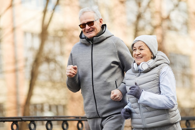 Счастливая пара старших работает